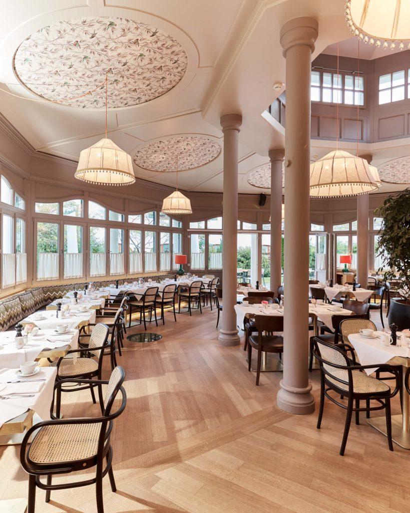 Entspannung im Hotel Bachmair Weißach am Tegernsee, gedeckte Tische für Frühstück im Pavillon