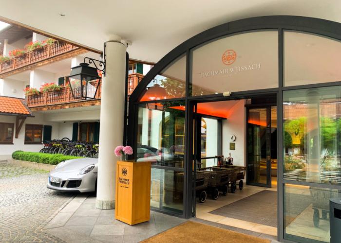 Entspannung im Hotel Bachmair Weißach am Tegernsee, Hoteleingang mit Porsche
