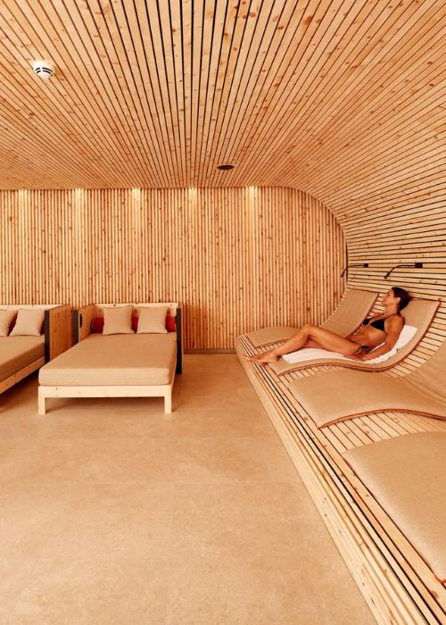 Entspannung im Hotel Bachmair Weißach am Tegernsee, Zirbenraum mit beruhigender Holzverkleidung