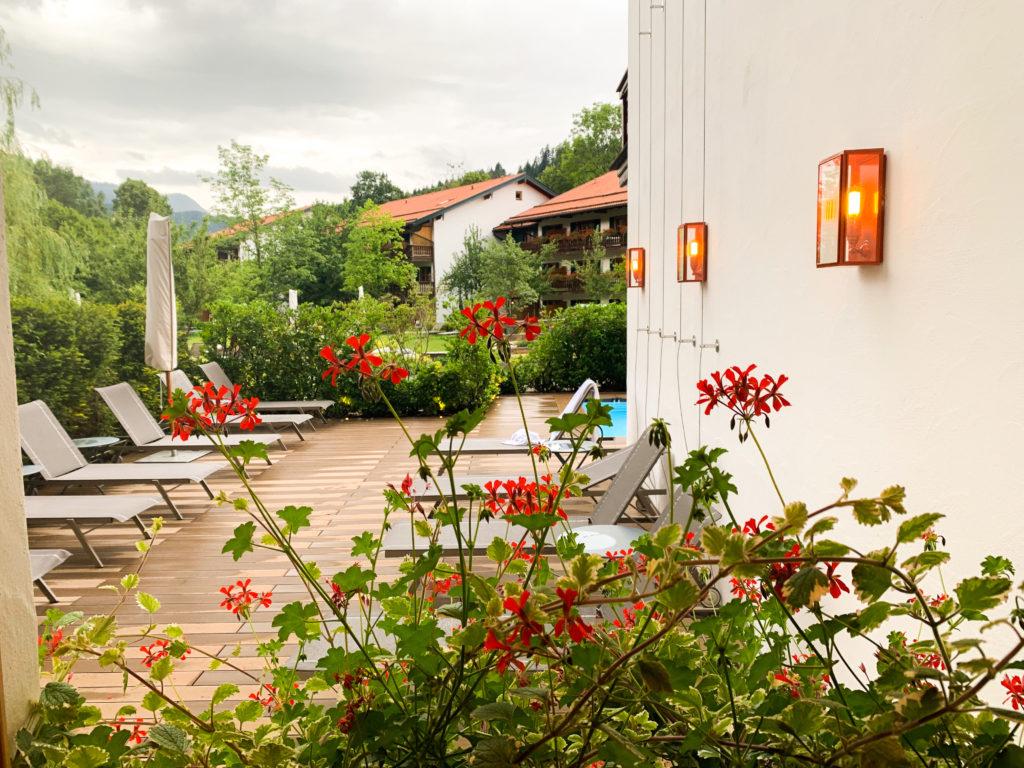 Entspannung im Hotel Bachmair Weißach am Tegernsee, Pool mit Sonnenliegen draußen