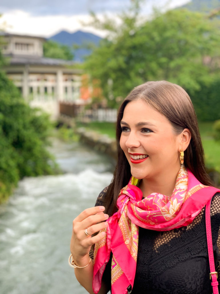 Entspannung im Hotel Bachmair Weißach am Tegernsee, auf der Brücke am Bach