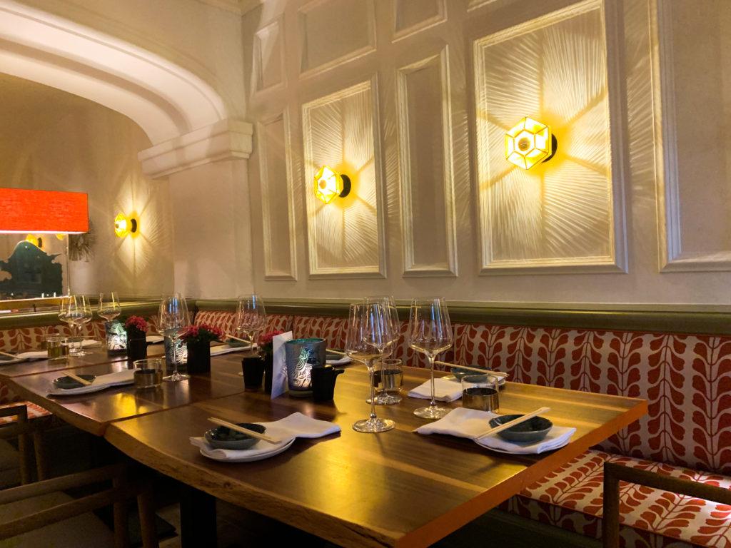 Entspannung im Hotel Bachmair Weißach am Tegernsee, gedeckter Tisch für Abendessen im MIZU Restaurant
