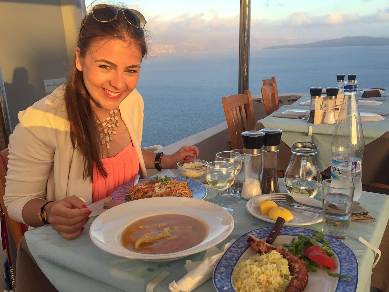 Abendessen bei Sonnenuntergang auf Santorini